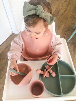 bebe com kit alimentacao